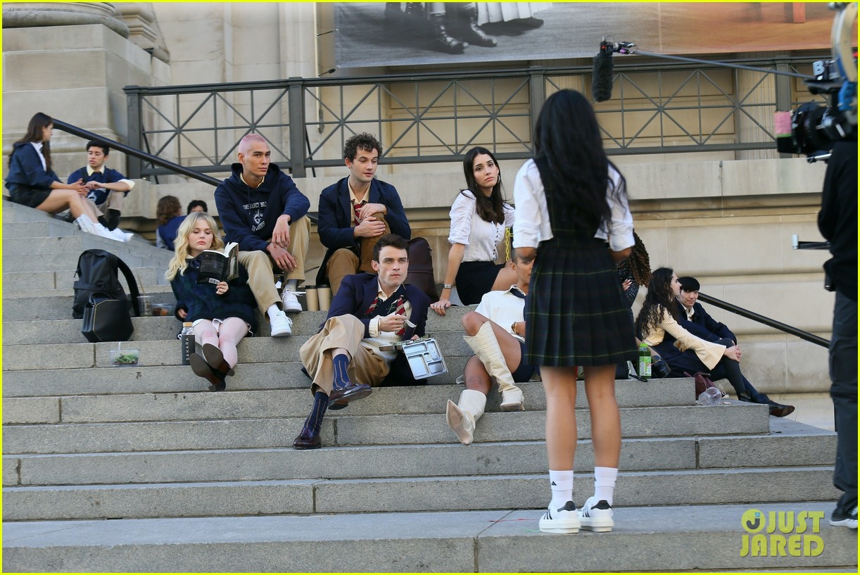 you have to see these new pics of thomas doherty gossip girl cast filming on the steps 064499446