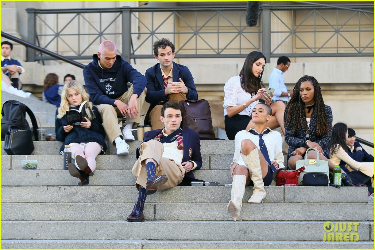 you have to see these new pics of thomas doherty gossip girl cast filming on the steps 074499447