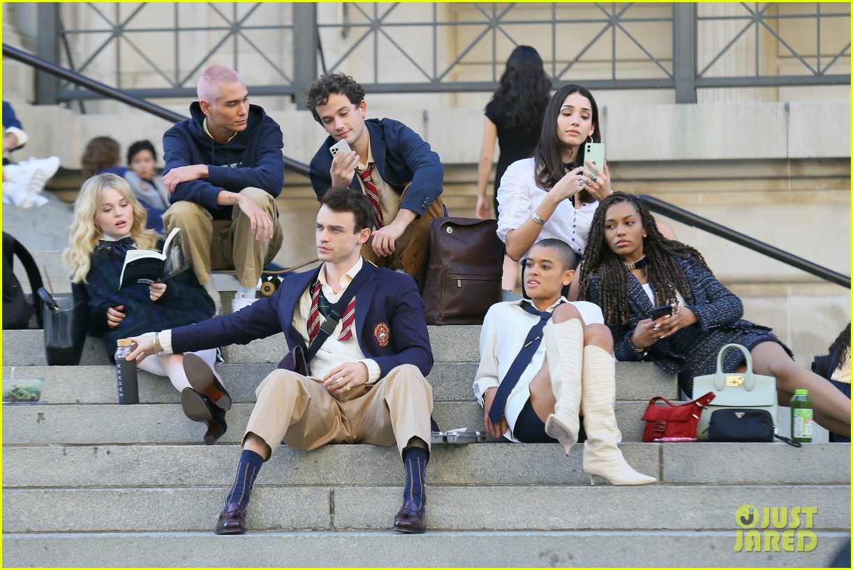 you have to see these new pics of thomas doherty gossip girl cast filming on the steps 094499449