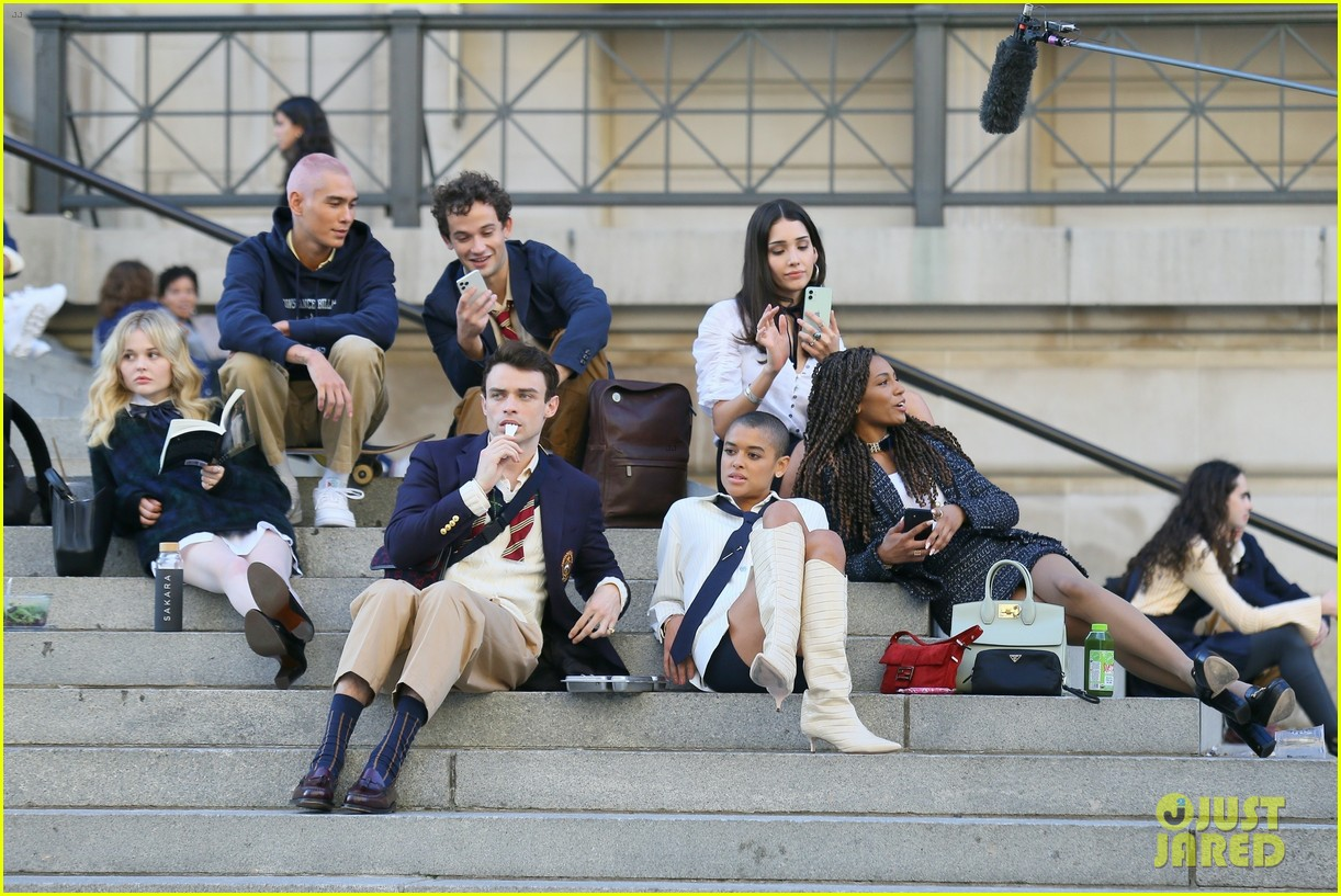 you have to see these new pics of thomas doherty gossip girl cast filming on the steps 104499450