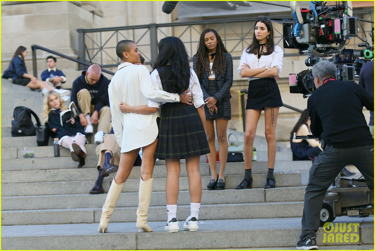 you have to see these new pics of thomas doherty gossip girl cast filming on the steps 124499452