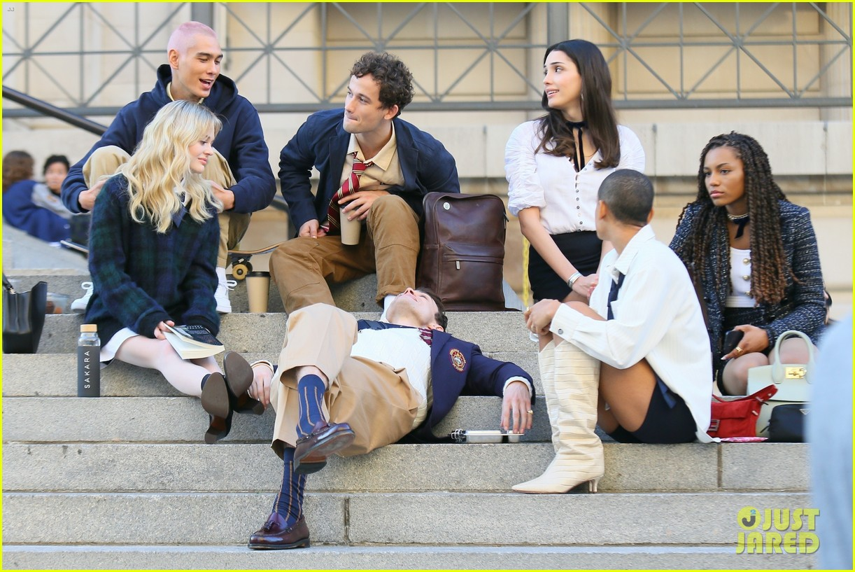 you have to see these new pics of thomas doherty gossip girl cast filming on the steps 144499454