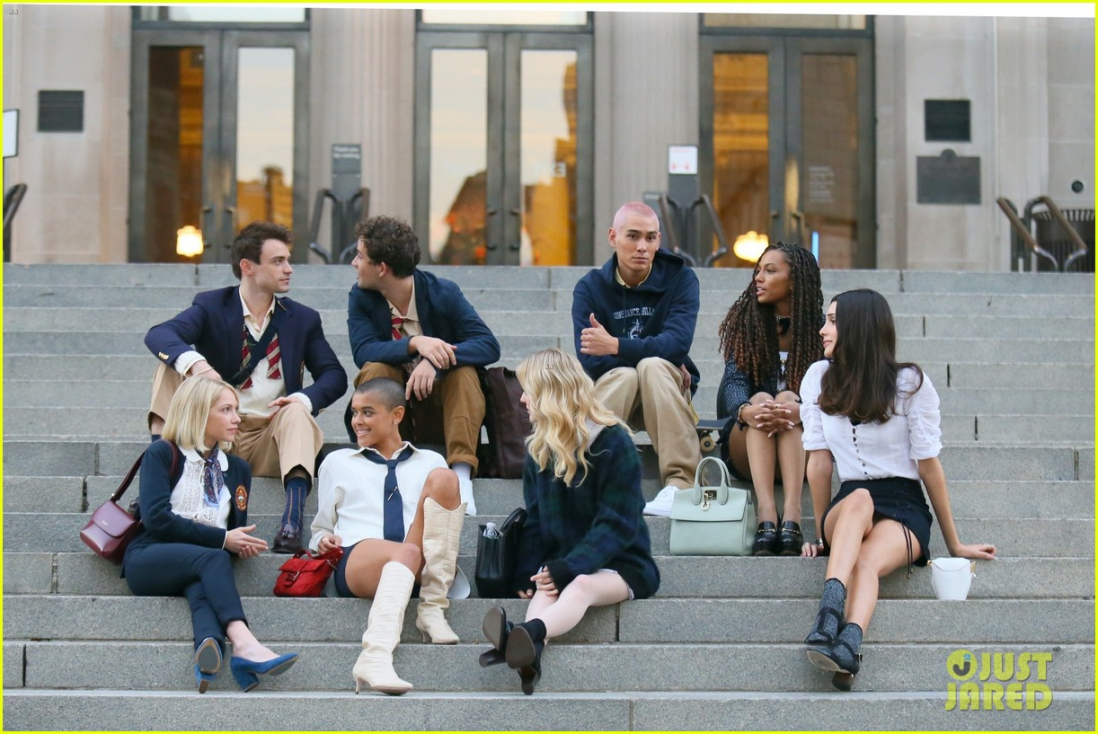 you have to see these new pics of thomas doherty gossip girl cast filming on the steps 174499457