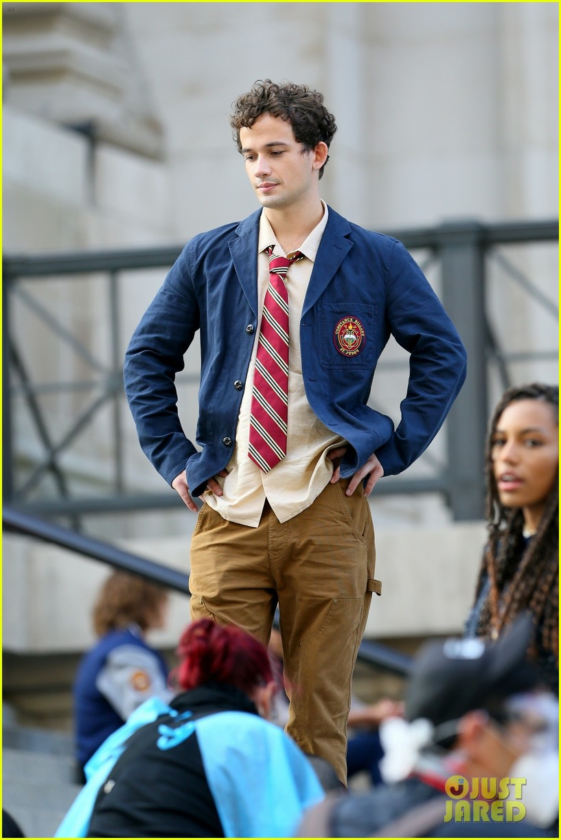 you have to see these new pics of thomas doherty gossip girl cast filming on the steps 234499463