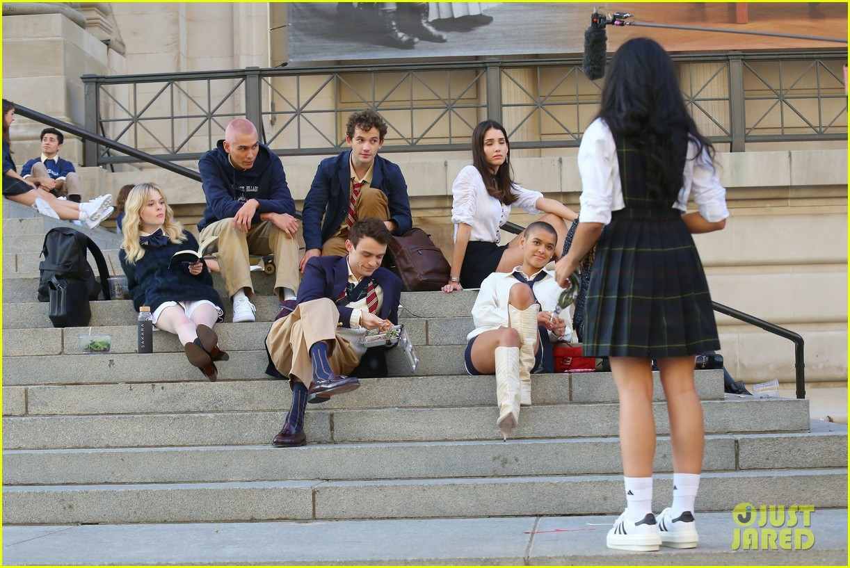 you have to see these new pics of thomas doherty gossip girl cast filming on the steps 304499470