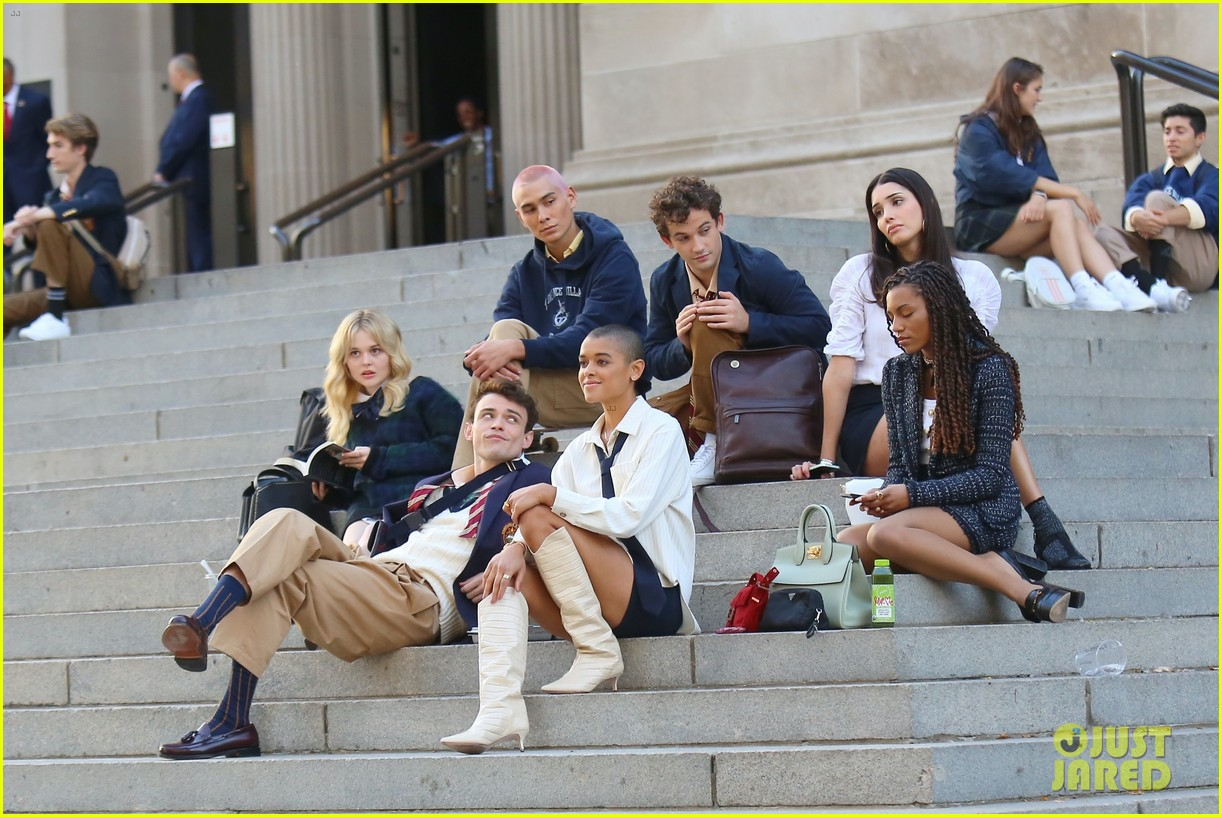 you have to see these new pics of thomas doherty gossip girl cast filming on the steps 314499471