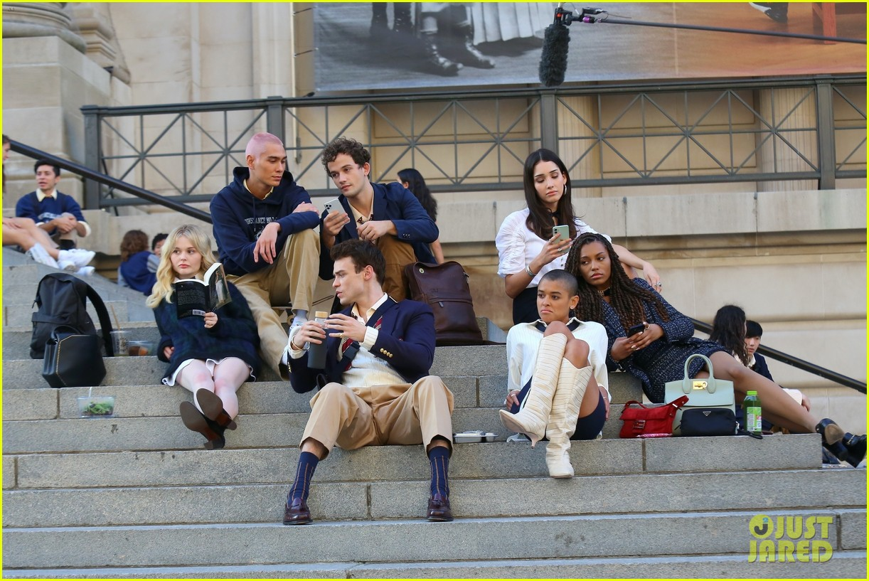 you have to see these new pics of thomas doherty gossip girl cast filming on the steps 344499474