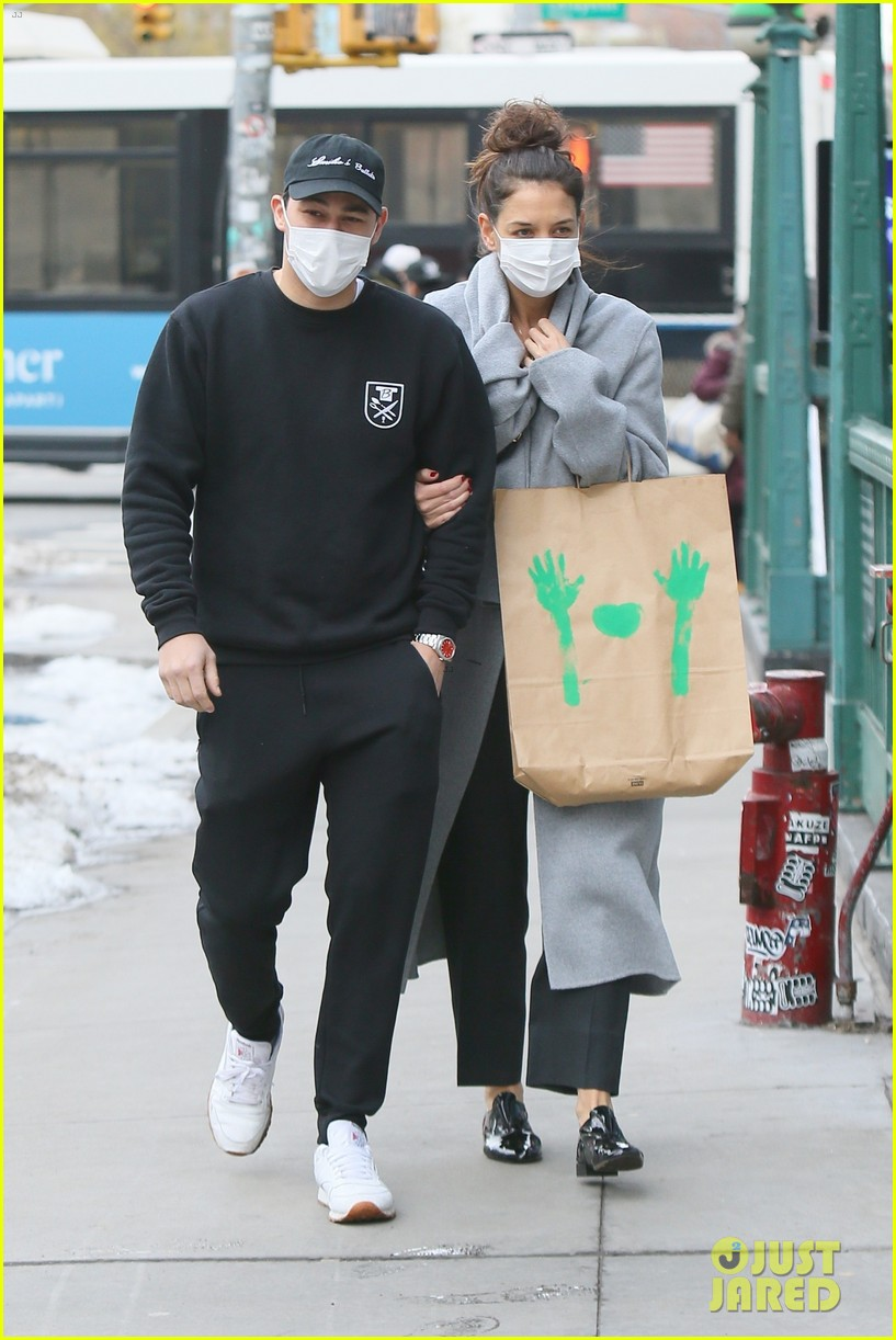 katie holmes loads up on art supplies emilio vitolo meet up nyc 024510967