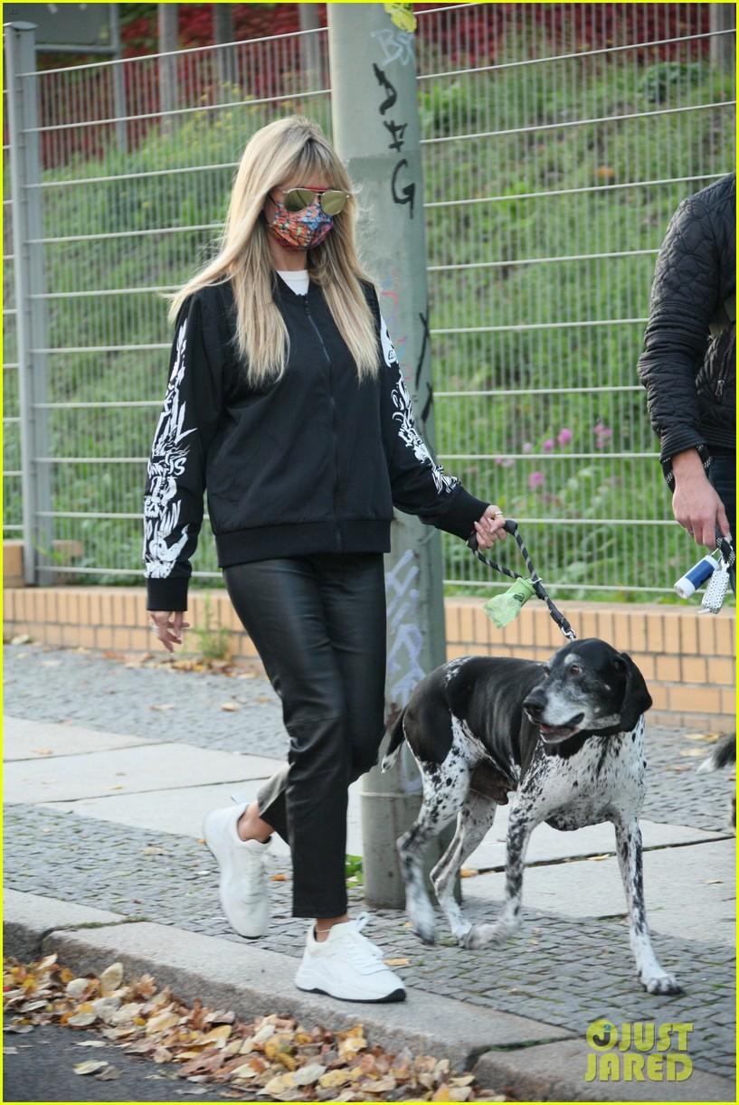 heidi klum walks her dogs around berlin 014510306