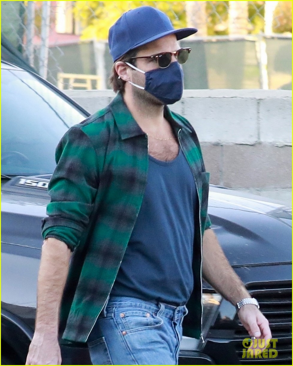 zachary quinto bares some skin on coffee run 044505149