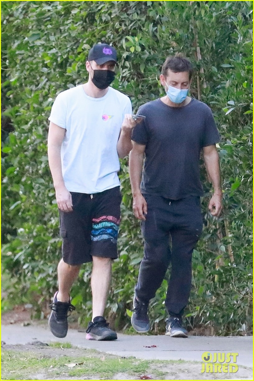 tobey maguire hike pal after more spiderman3 talk 024517311
