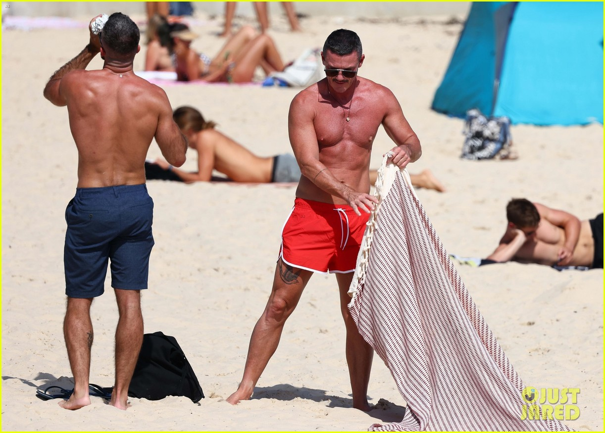 Luke Evans Goes Shirtless in Tiny Shorts at the Beach! - 原味内衣网