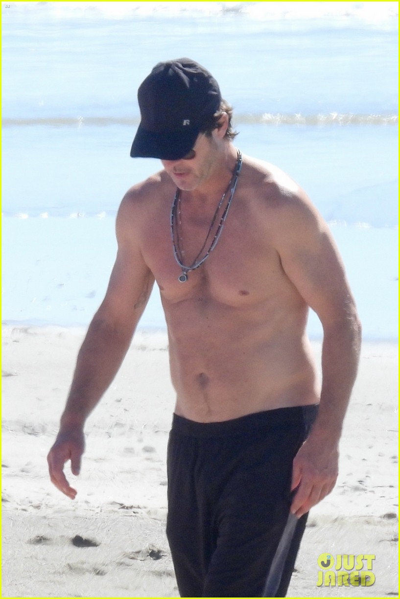 robin thicke goes shirtless for beach day with his family 024526842