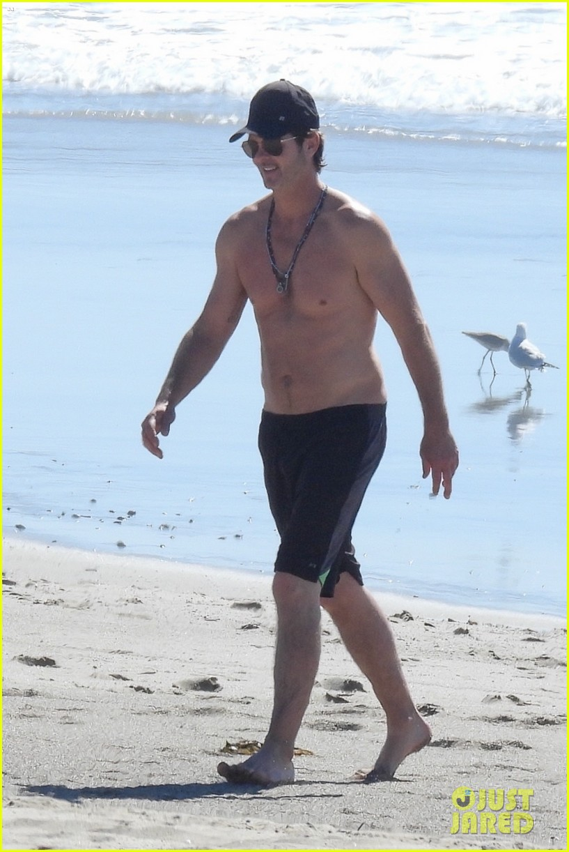 robin thicke goes shirtless for beach day with his family 074526847