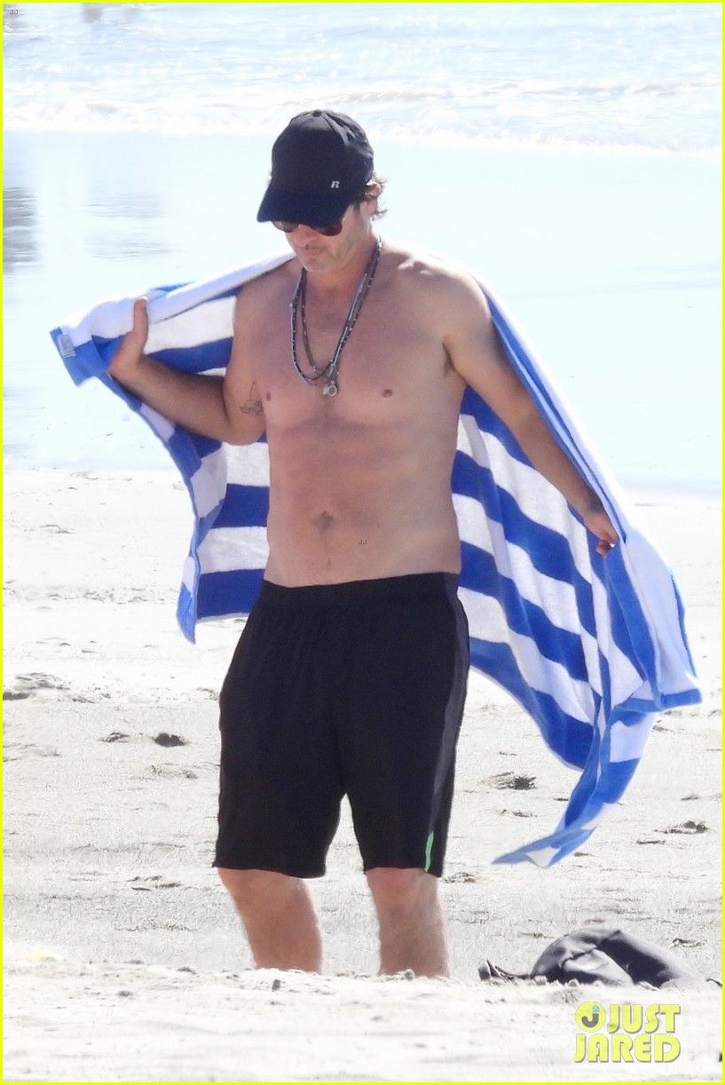 robin thicke goes shirtless for beach day with his family 114526851