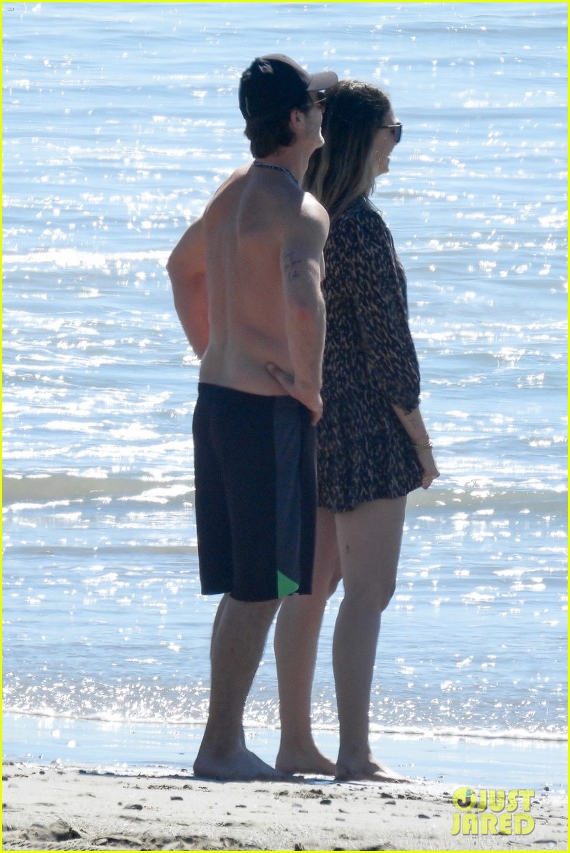 robin thicke goes shirtless for beach day with his family 284526868