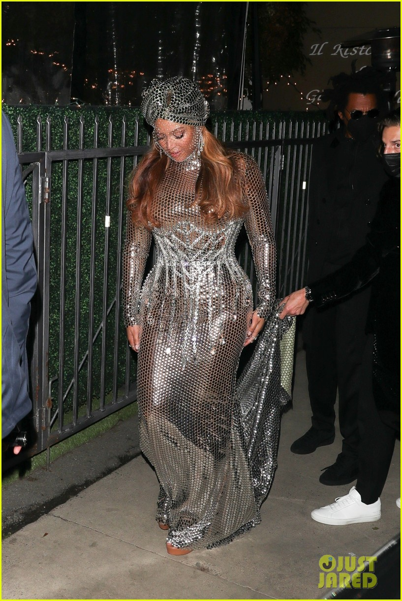 beyonce dazzles in silver dress after historic grammys night 014533256