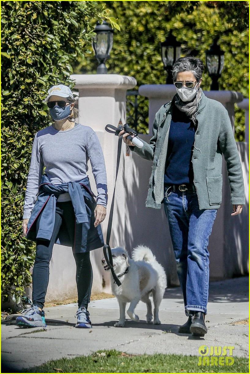 jodie foster alexandra hedison walk with their dog 014535783