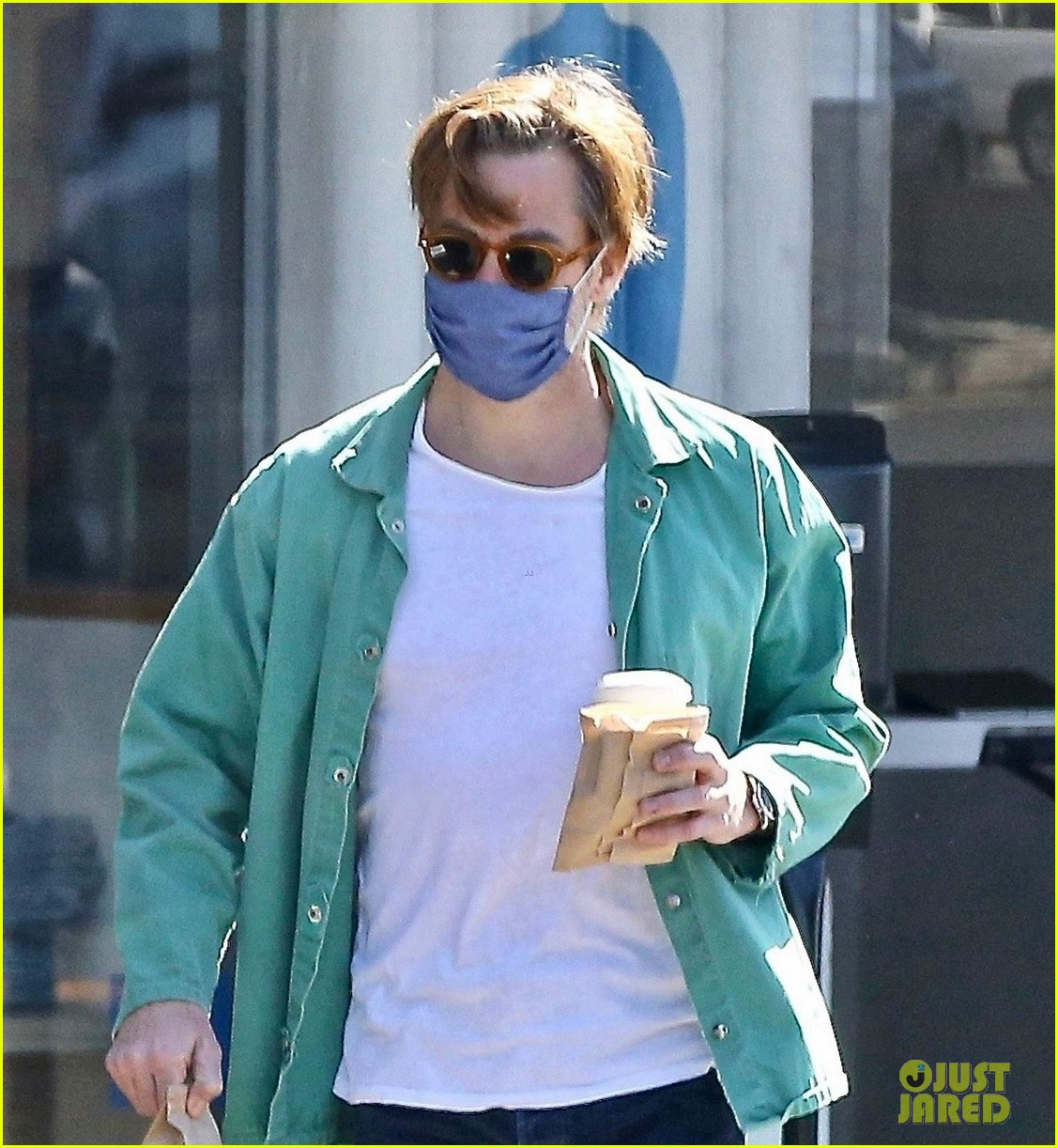 chris pine coffee from blue bottle 024530333