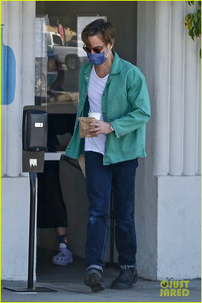 chris pine coffee from blue bottle 034530334