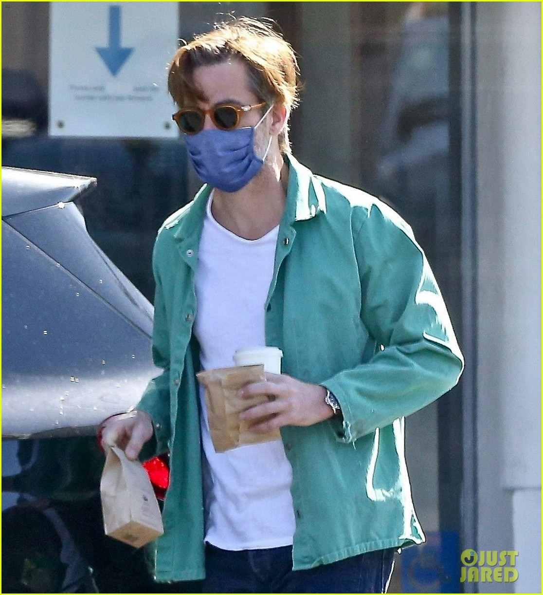 chris pine coffee from blue bottle 044530335