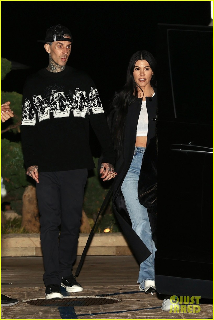 kourtney kardashian travis barker hold hands on date night 024539641