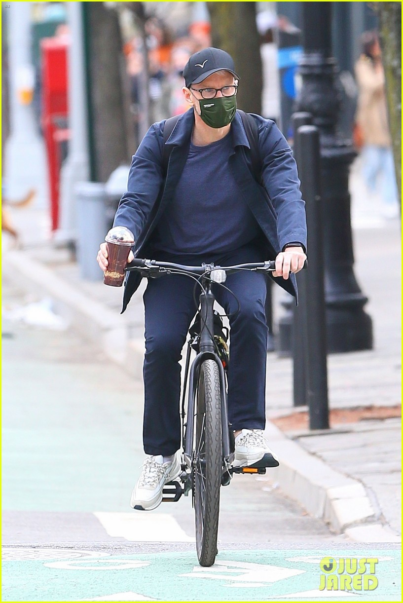 anderson cooper balance coffee with his bike 054538707