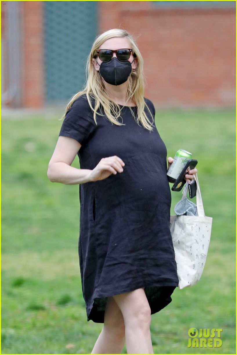 kirsten dunst spotted for first time since pregnancy reveal 014538175