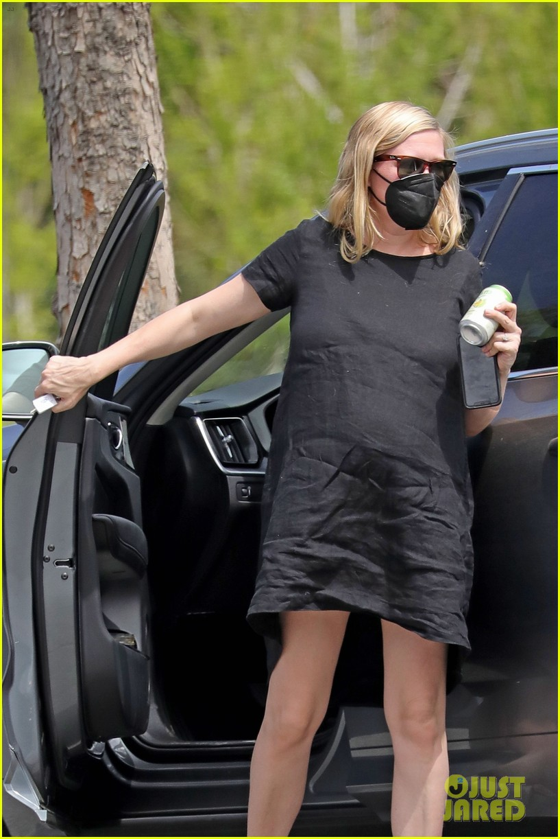 kirsten dunst spotted for first time since pregnancy reveal 054538179