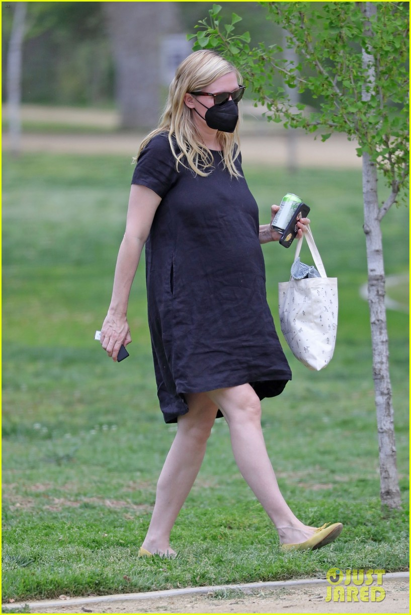 kirsten dunst spotted for first time since pregnancy reveal 194538193