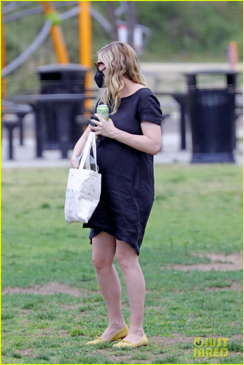 kirsten dunst spotted for first time since pregnancy reveal 274538201