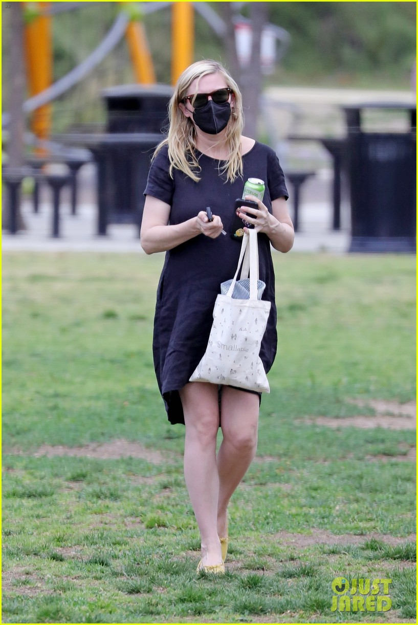 kirsten dunst spotted for first time since pregnancy reveal 284538202