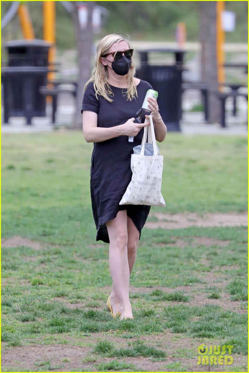 kirsten dunst spotted for first time since pregnancy reveal 294538203