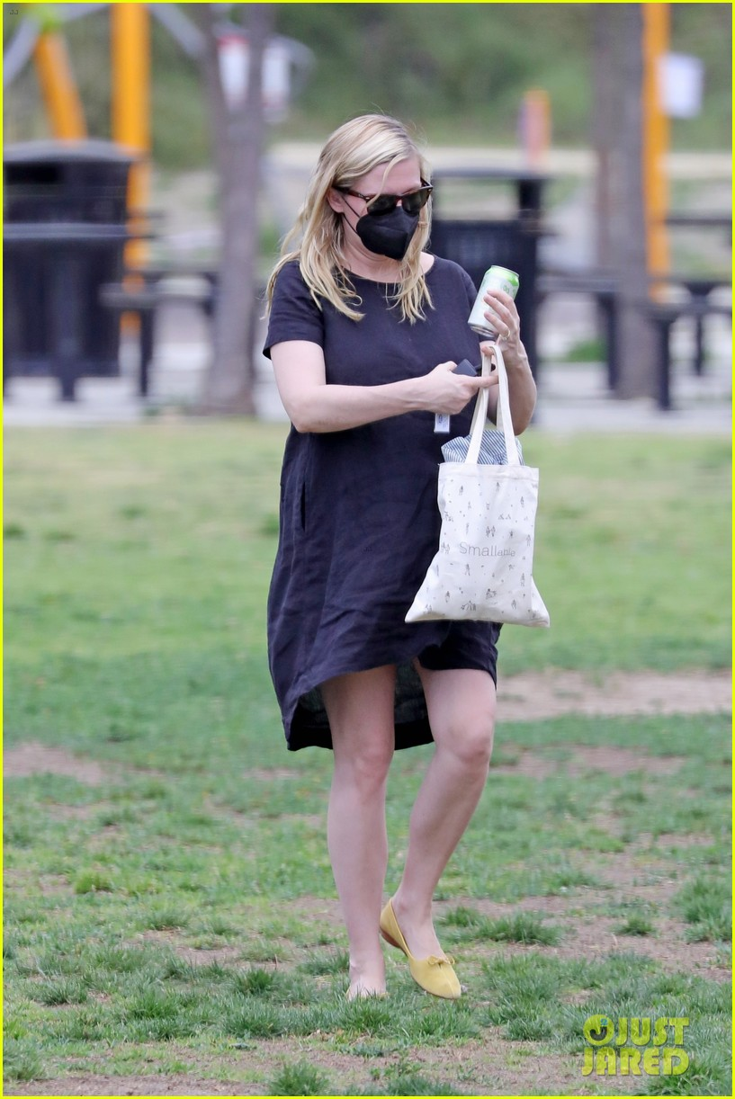 kirsten dunst spotted for first time since pregnancy reveal 304538204
