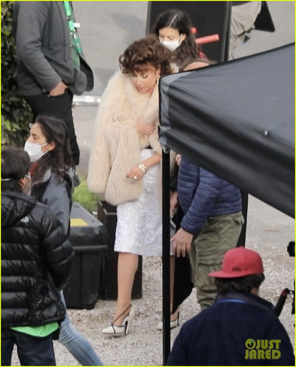 lady gaga wraps up  fur coat house of gucci set 054539458