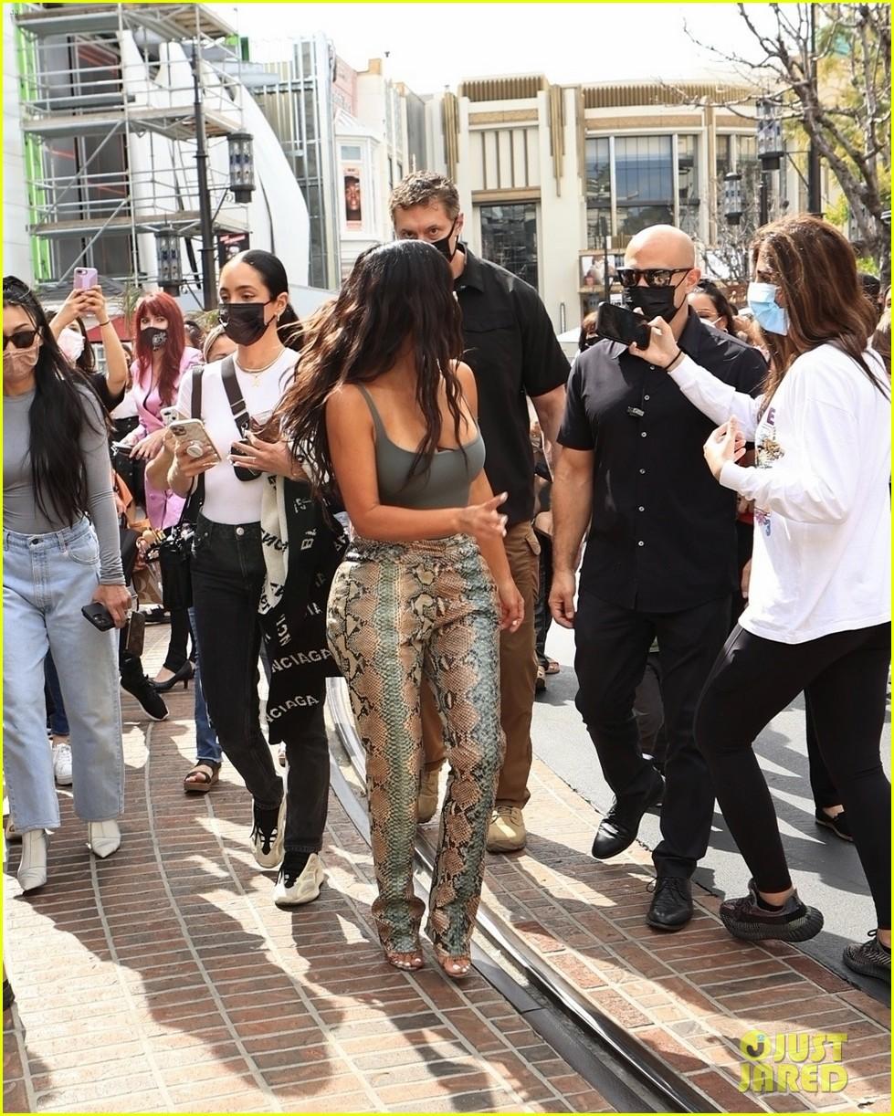 kim kardashian skims pop up shop after billionaire status 194539508