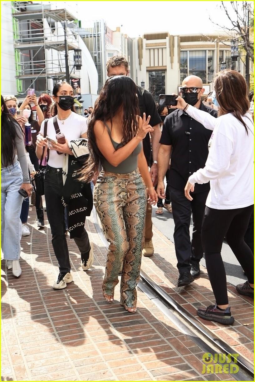 kim kardashian skims pop up shop after billionaire status 224539511