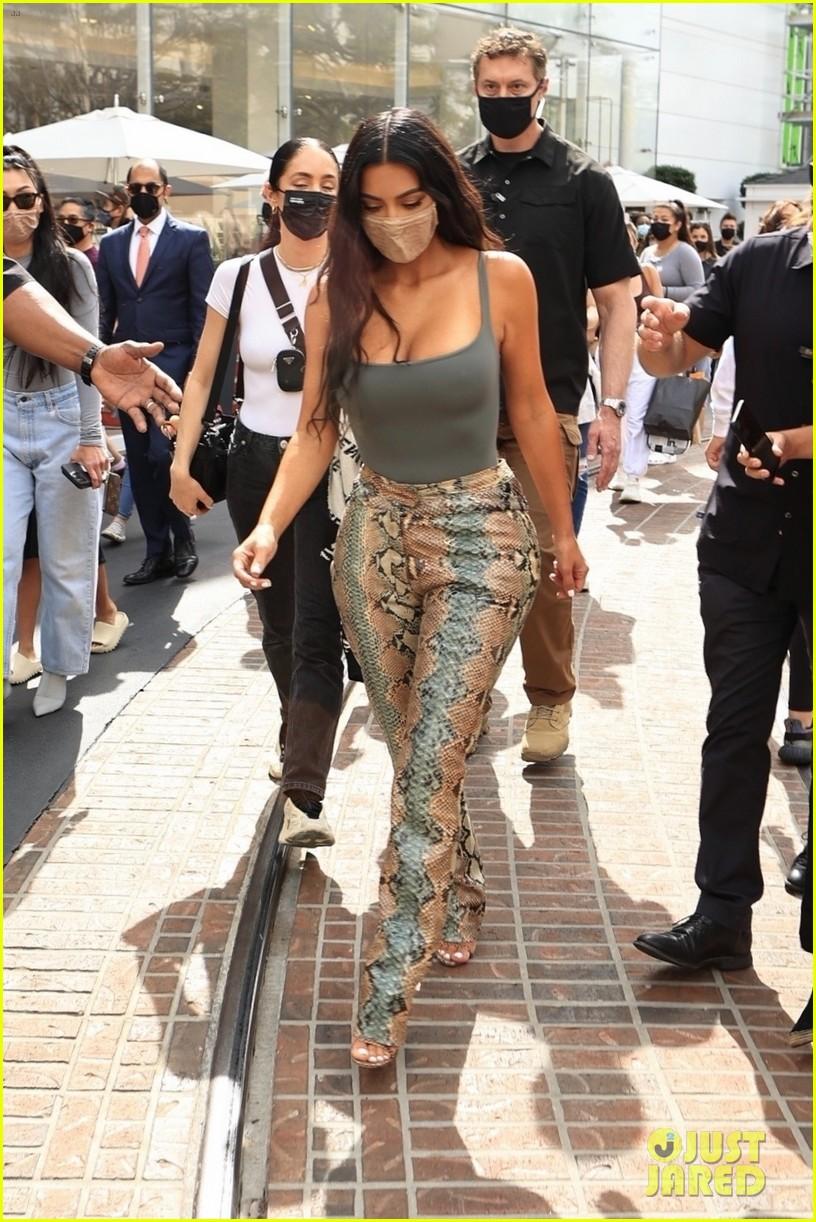 kim kardashian skims pop up shop after billionaire status 264539515