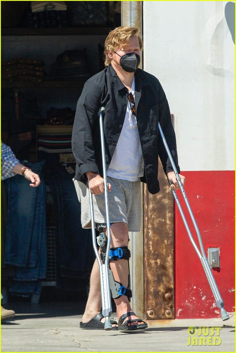 jesse plemons wears leg brace kirsten dunst baby no 2 014539620