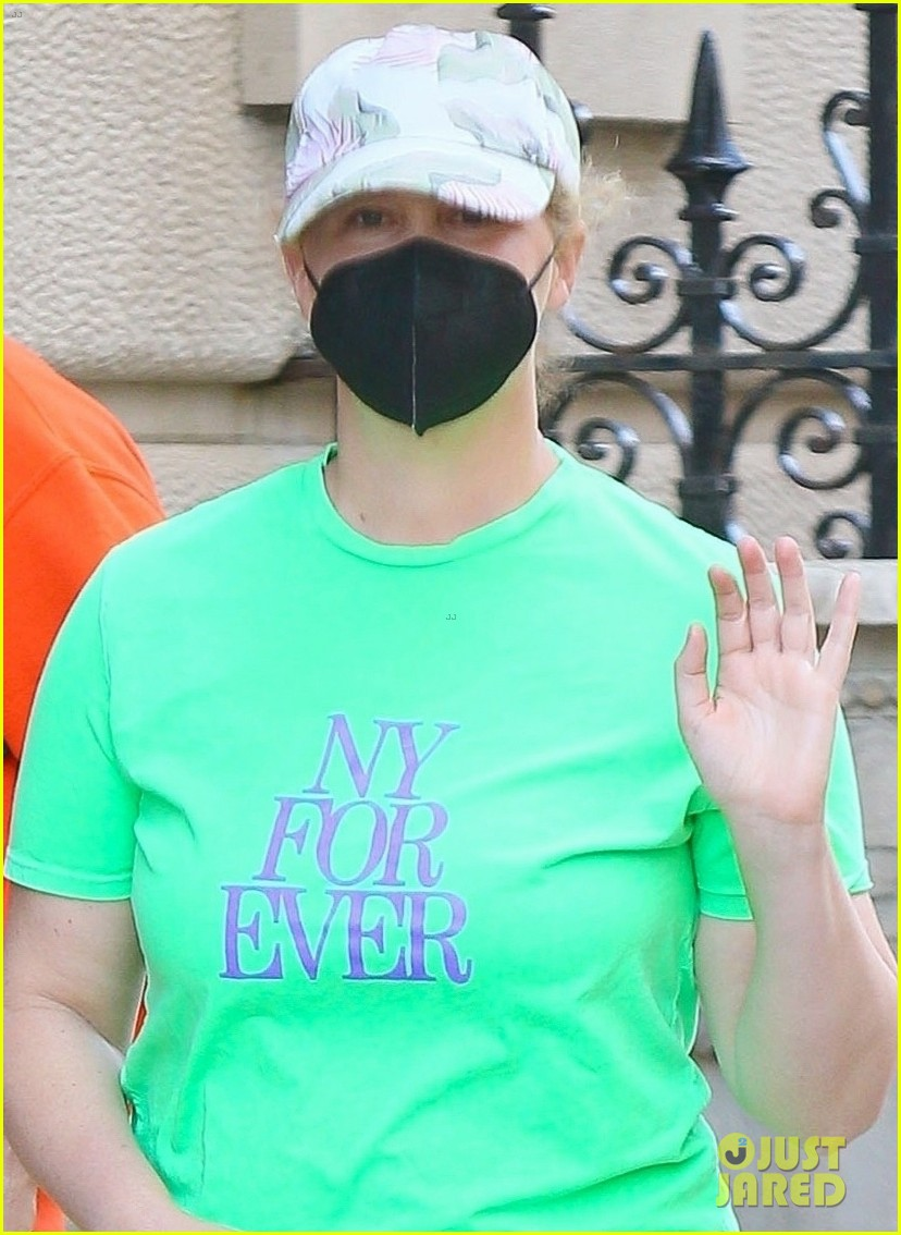 amy schumer shows off love for ny out chris fischer 024539649