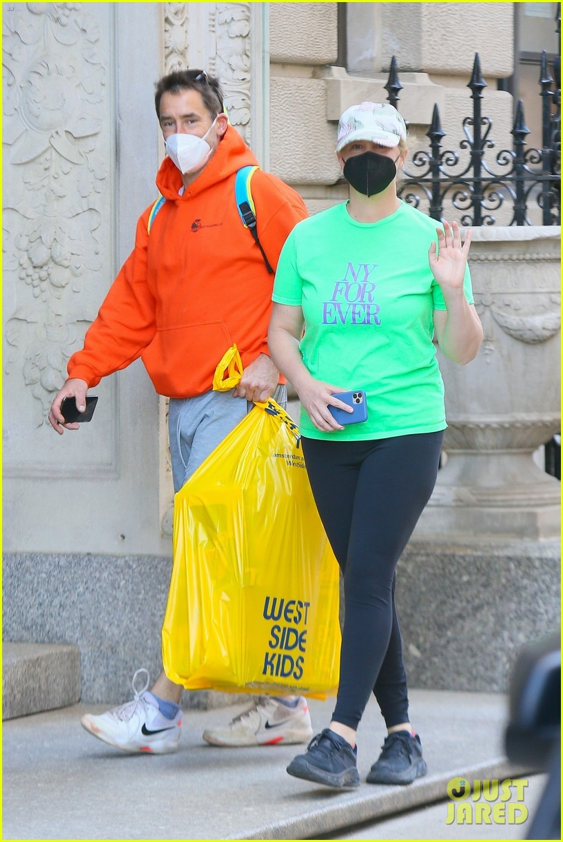 amy schumer shows off love for ny out chris fischer 054539652