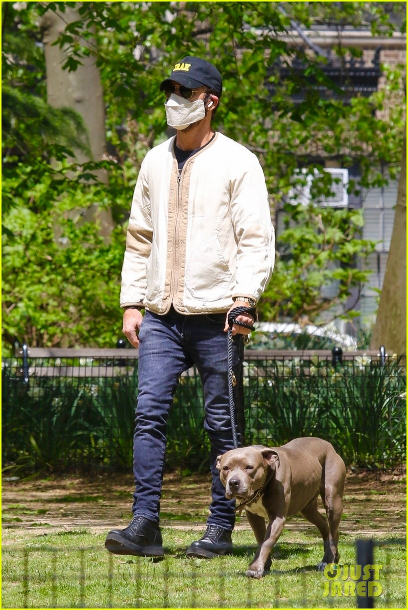 justin theroux takes his dog kuma to a park 034547128