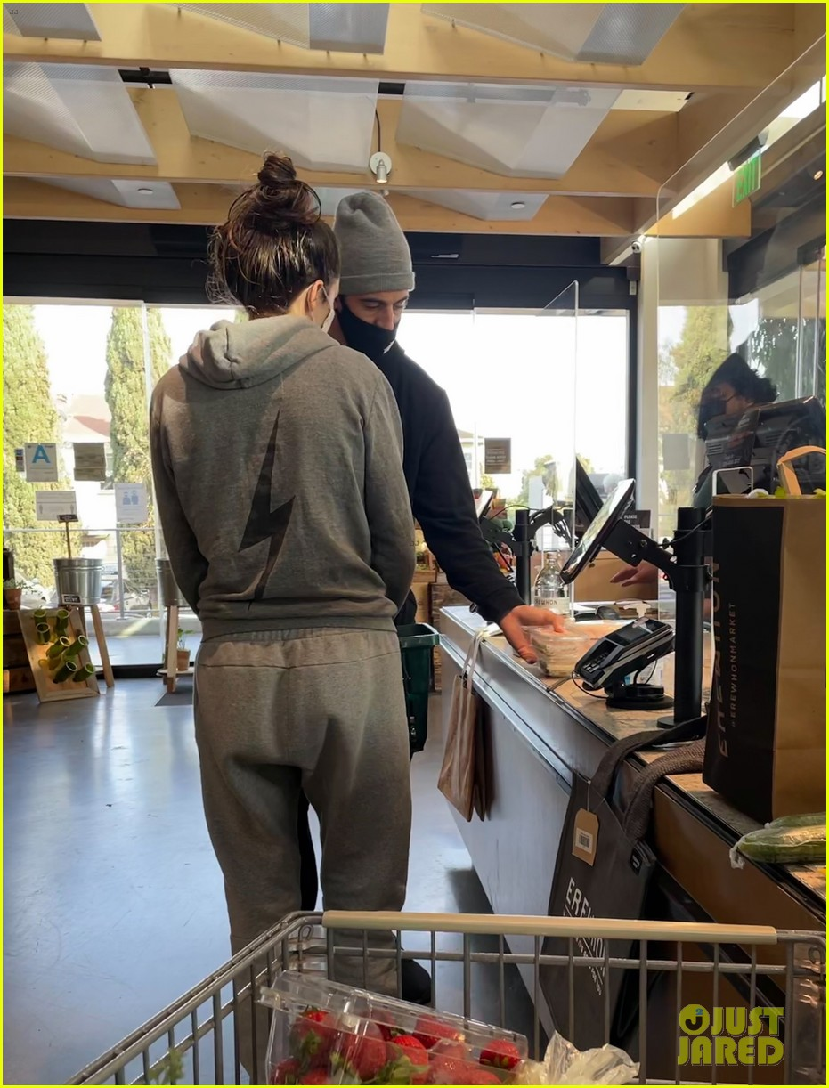 aaron rodgers shailene woodley at erewhon 014554595