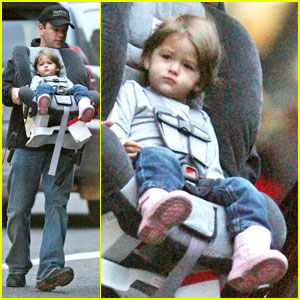Carseat queen Isabella Damon , 18 months, get carried out of a car by ...: http://www.justjared.com/2007/12/22/isabella-damon-carseat-queen/