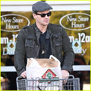 David Boreanaz is a Grocery Shopping Stud