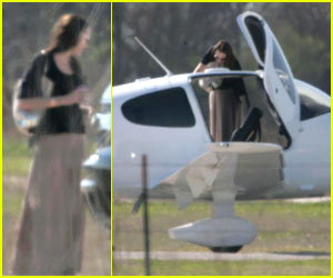 Pregnant Angelina Jolie is Flying High