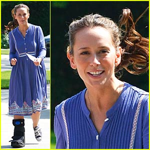 Jennifer Love Hewitt Hobbled But Happy
