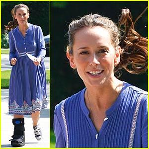 Jennifer Love Hewitt Hobbled But Happy