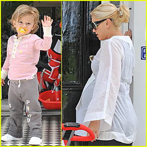 Kingston Rossdale Waves Hello... To Paparazzi!