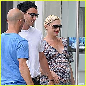 Gwen Stefani Makes Haste to Hastens